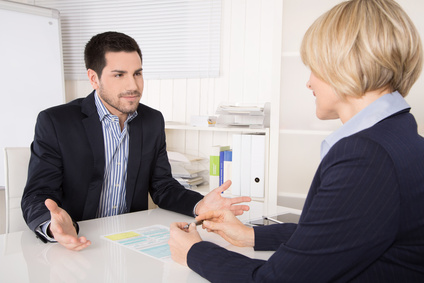 Besprechung im Büro: Kunden und Berater